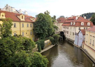 2017-07-14 Prag_6 (NH) über die Karlsbrücke (7) Blick auf den Certovka-Mühle