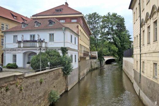 """Kampa-Insel, Teufelsbach, 3. Brücke und hübsches Haus an der Hroznová , von der """"Liebesbrücke"""" aus gesehen"""