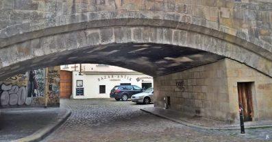Kleinseite / Malá Strana: unter der Karlsbrücke hindurch, zur Saská ulice