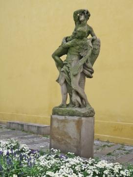 Allegorische Skulptur: Engel, Mensch und kleine Eule - ein Memento mori oder vielleicht ein altes Grabmal vom Friedhof, denke ich.