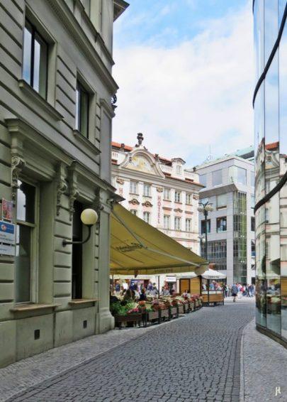 Einmündung des Jungmannovo náměstí ins obere Ende des Václavské náměstí, wo 5 verschiedene Strassen aufeinander treffen.