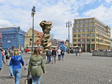 Platz der Republik, Neustadt-Seite mit Tony Cragg-Skulptur