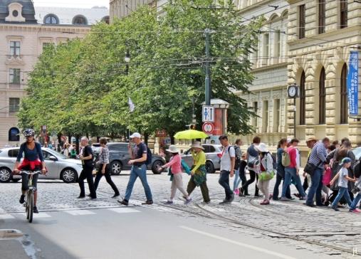 2017-07-15 Prag_15 zurück durch die Altstadt (41) Touristengruppe am Jan Palach-Platz