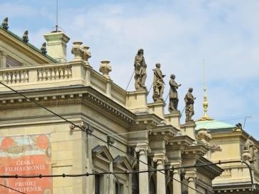 2017-07-15 Prag_15 zurück durch die Altstadt (43) Figuren auf d. Rudolfinum