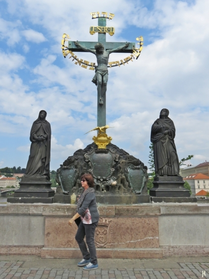 2017-07-15 Prag_16 zurück über die Karlsbrücke (2) Kruzifix v. H. Hillger