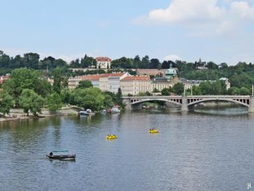 2017-07-15 Prag_16 zurück über die Karlsbrücke (4) Manes-Brücke, dahinter d. Hanavský pavilon