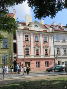 2017-07-15 Prag_17 nachmittags Kleinseite (sonnig) (33) U Lužického semináre - an der engsten Straße von Prag