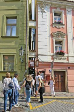 2017-07-15 Prag_17 nachmittags Kleinseite (sonnig) (34) U Lužického semináre - an der engsten Straße von Prag