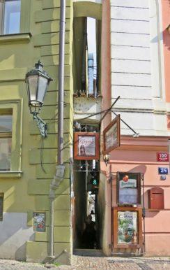 2017-07-15 Prag_17 nachmittags Kleinseite (sonnig) (35) U Lužického semináre - an der engsten Straße von Prag
