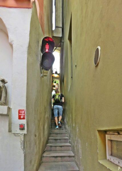 2017-07-15 Prag_17 nachmittags Kleinseite (sonnig) (37) U Lužického semináre - an der engsten Straße von Prag