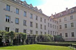 2017-07-15 Prag_17 nachmittags Kleinseite (sonnig) (NH2) Vojan-Park, Gebäudehof mit Pergolen+Pfau