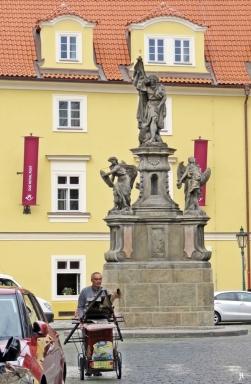 Kleinseite: Maltézské námestí mit Joh. d. Täufer u. Engeln - Skulpturen + Reliefs v. F.M. Brokoff
