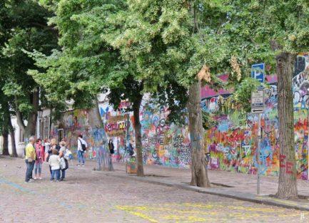 Kleinseite: am Velkoprevorské námestí, die graffiti-bemalte 'John-Lennon-Mauer'