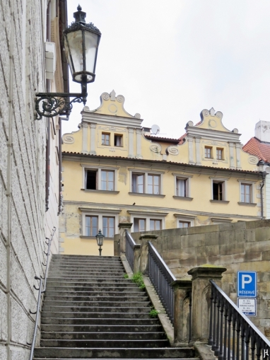 Kleinseite: Treppe von der Saská zur Karlsbrücke hinauf, dahinter Häuser an der U Lužického semináre