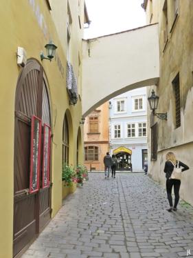 Durch die Saská ulice zur Lázenská.