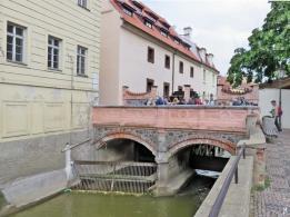 Steinerne Brücke über die Certovka, beim grossen Mühlrad