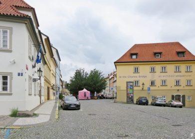 Kleinseite - Kampa, Haus 'Zu den blauen Füchsen' links, Na Kampe geradeaus