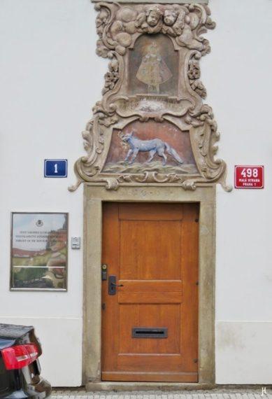Kleinseite - auf der Kampa, am anderen Ende des Platzes Na Kampe: das 'Haus zu den blauen Füchsen' bzw. 'Zu den 3 Goldenen Knöpfen' mit Ursprung im 17. Jh., Tür