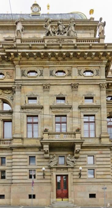 Nationaltheater-Seiteneingang an der Masarykovo nábřeží