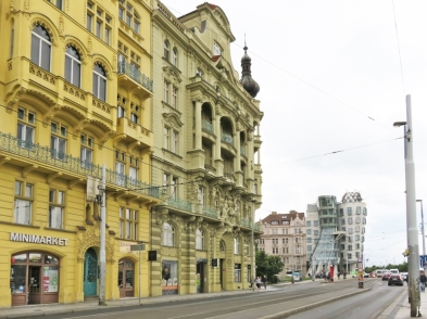Masarykovo nábřeží, Kreuzung mit der Rašínovo nábřeží, am Jiráskovo náměstí bei der der Jiráskuv-Brücke; hinten: das 'Tanzende Haus'.