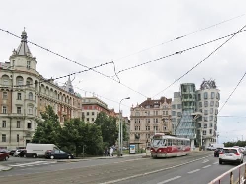 2017-07-15 Prag_7 Neustadt_1 (1) Tanzendes Haus am Jirasek-Platz