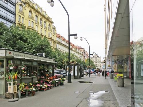 """Blumenkiosk zwischen Einkaufszentrum """"My Národní"""" und dem Palác Platýz an der Národní."""