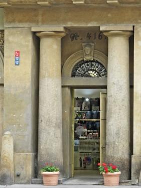 Säulen und eine Nebentür am Palác Platýz