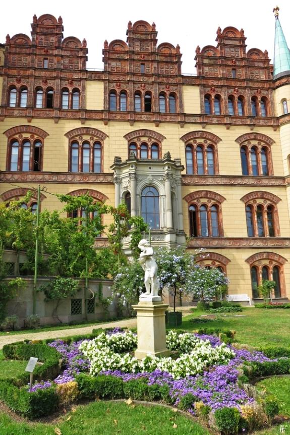 2018-08-17 morgens Schwerin Schloss Burggarten (12) Terracotta-Giebel