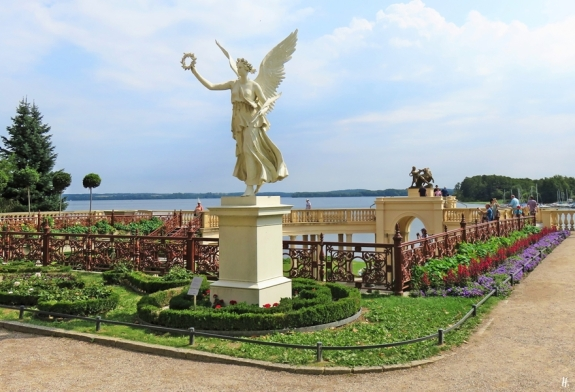 2018-08-17 morgens, Schwerin, Schloss, Burggarten, Engel mit Kranz an der Orangerie + Blick über den Schweriner See