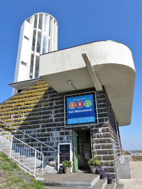 2019-04-09 NL Abschlussdeich des IJsselmeeres (10) Vlietermonument mit Aussichtsturm + Lunchroom 'Het Monument'