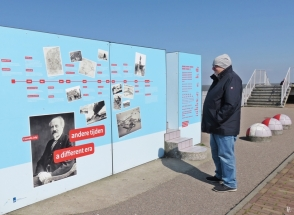 2019-04-09 NL Abschlussdeich des IJsselmeeres (3) Informations-Zeile am Vlietermonument