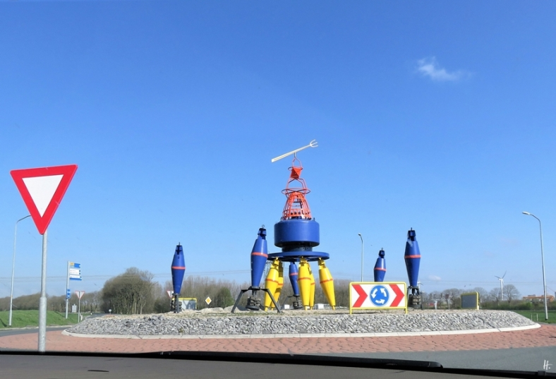 2019-04-09 NL b. Delfzijl-Farmsum, Provinz Groningen Kreisverkehr an der N991 mit Seezeichen