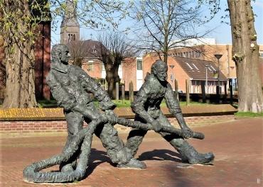 2019-04-09 NL Delfzijl (2) Schoolstraat Denkmal Feuerwehrleute