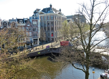 2019-04-10 NL Amsterdam (3) Fensterblick Keizersgracht - Brücke Nieuwe Spiegelstraat