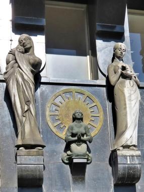"""2019-04-10 NL Amsterdam Damrak 28 der Versicherungsgesellschaft """"De Utrecht"""" (1905), Skulpturen von Joseph Mendes da Costa, Allegorien für schützende Liebe, Unberechenbarkeit (die kniende Frau), Sparsamkeit."""