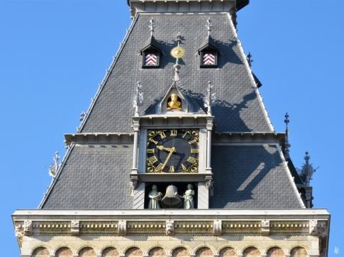 2019-04-11 NL Amsterdam Rijksmuseum Ankunft (1) Turmuhr über dem Eingangsbereich an der Museumstraat von der Stadhouderskade kommend