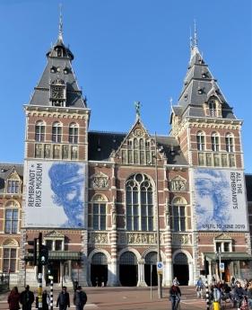 2019-04-11 NL Amsterdam Rijksmuseum Ankunft (2) Eingangsbereich Museumstraat von der Stadhouderskade kommend