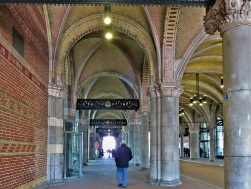 2019-04-11 NL Amsterdam Rijksmuseum Ankunft (4) Eingangsbereich Museumstraat von der Stadhouderskade kommend