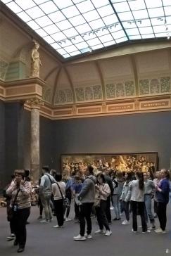 2019-04-11 NL Amsterdam Rijksmuseum Säle (20) Nachtwache-Saal, hinten ein Gemälde von Bartholomäus van der Helst