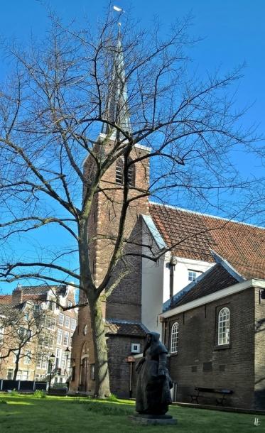2019-04-12 NL Amsterdam morgens (43) Begijnhof mit Kirche und Bronze