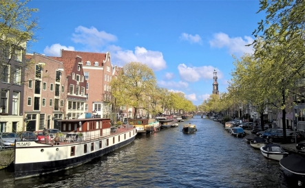 2019-04-13 NL Amsterdam Prinsengracht (1) Schiff 'Musard' vorn, Turm der Westkerk hinten