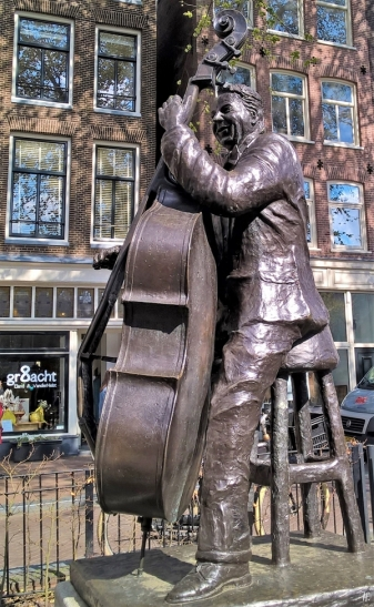 2019-04-13 NL Amsterdam Prinsengracht - Elandsgracht, eine der Bronzeplastiken von Bildhauer Kees Verkade auf dem Johny Jordaan Plein: Manke Nelis (enthüllt 2005)