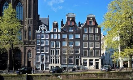 2019-04-13 NL Amsterdam Singel (10) Singel 436-440 Glockengiebel 17. Jh., neben De Krijtberg